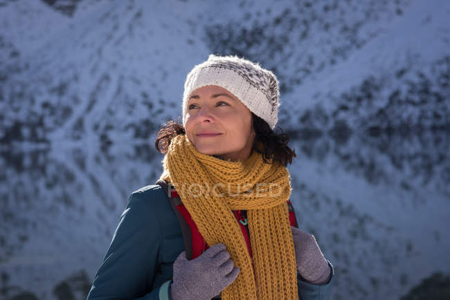 Female hiker standing at lakeside during winter — Stock Photo