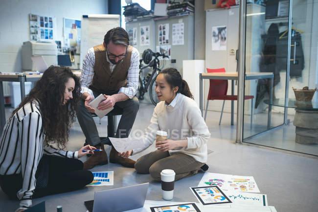 Executivos discutindo sobre o documento no escritório — Fotografia de Stock