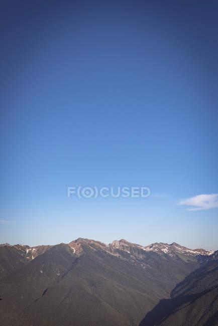 Облака, проходящие над горным хребтом днем — стоковое фото