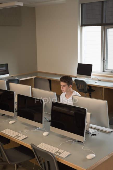 Ragazzo adolescente che studia in aula di computer all'università — Foto stock