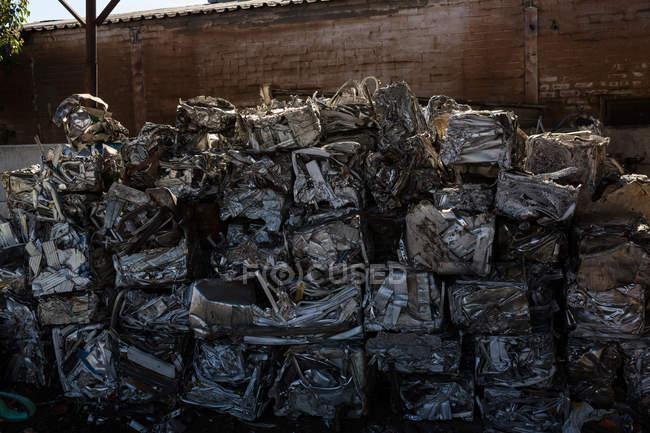 Feixes de lixo compactado no ferro-velho — Fotografia de Stock