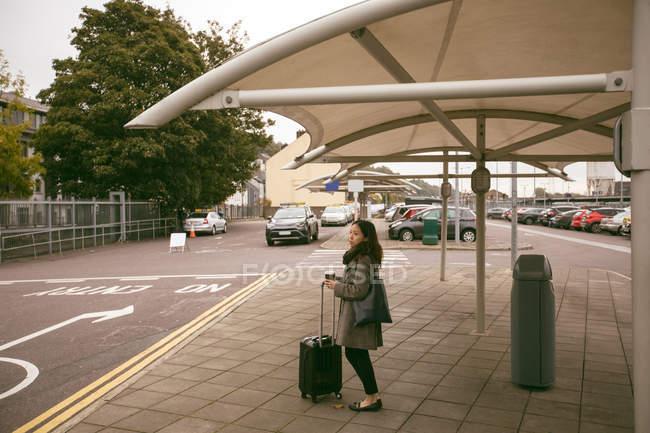 Красива жінка з багажем стояти під таксі — стокове фото