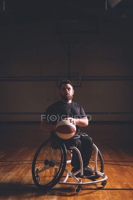 Jeune homme handicapé pratiquant le basket-ball au tribunal — Photo de stock