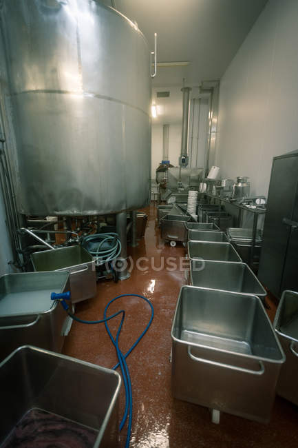 Destilaria e recipientes vazios na fábrica de alimentos — Fotografia de Stock