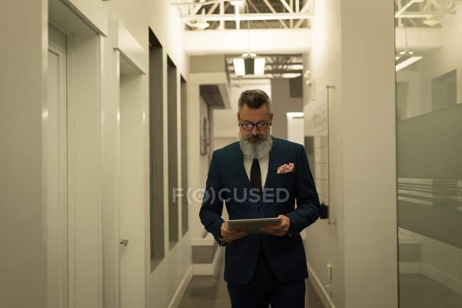Business executive utilizzando tablet digitale in ufficio — Foto stock