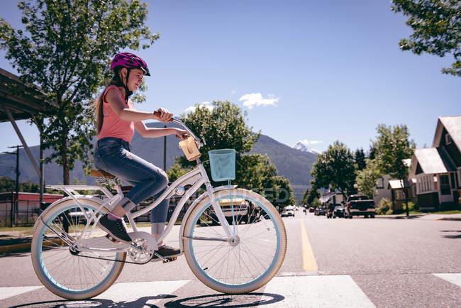 Девушка Велосипед езда на зебру в городе. — стоковое фото