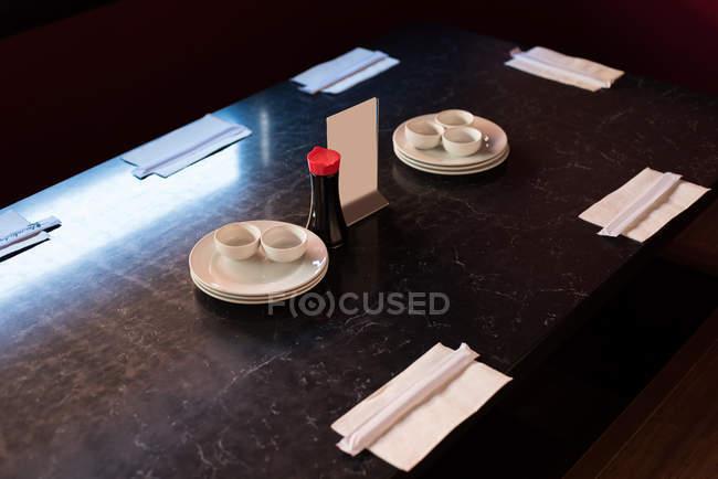 Close-up da mesa do restaurante oriental arranjado — Fotografia de Stock