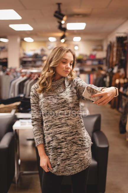 Bella ragazza che prende selfie con il telefono cellulare nel centro commerciale — Foto stock