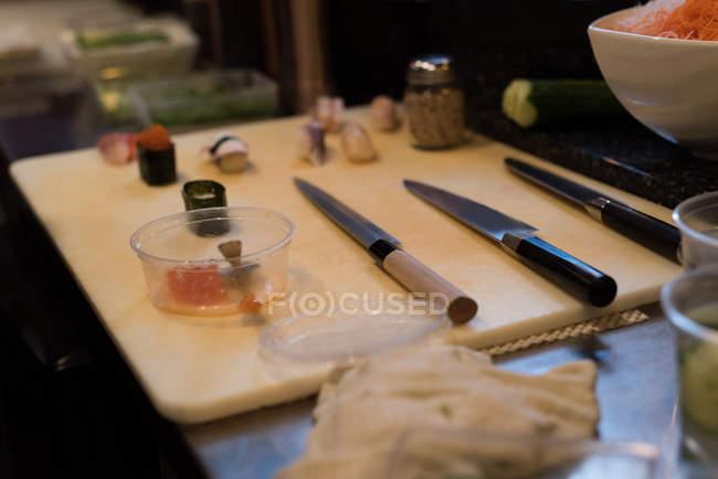 Cuchillos japoneses deba mantenidos en la mesa de la cocina en un restaurante - foto de stock