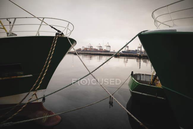 Nave amarrada en el puerto al atardecer - foto de stock