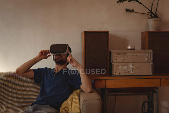 Mann benutzt Virtual-Reality-Headset im heimischen Wohnzimmer — Stockfoto