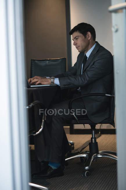 Бізнесмен, використовуючи ноутбук у готельному номері — стокове фото