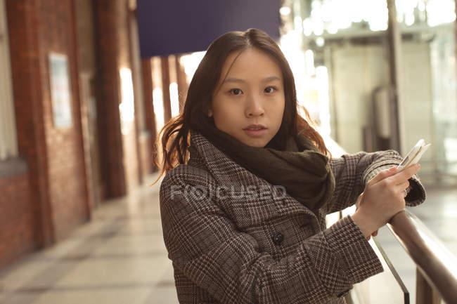Porträt Frau mit Handy am Bahnhof form — Stockfoto
