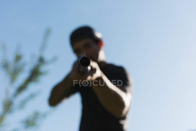 Чоловік, що зйомки з пістолетом у сонячний день — стокове фото