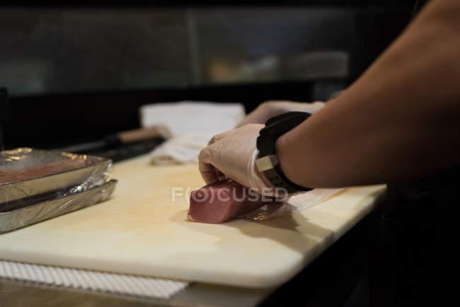 Шеф-повар Холдинг рулон мяса рыбы на разделочную доску — стоковое фото