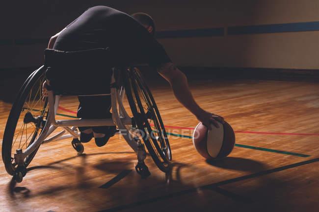 Vue arrière de l'homme handicapé pratiquant le basket-ball au tribunal — Photo de stock