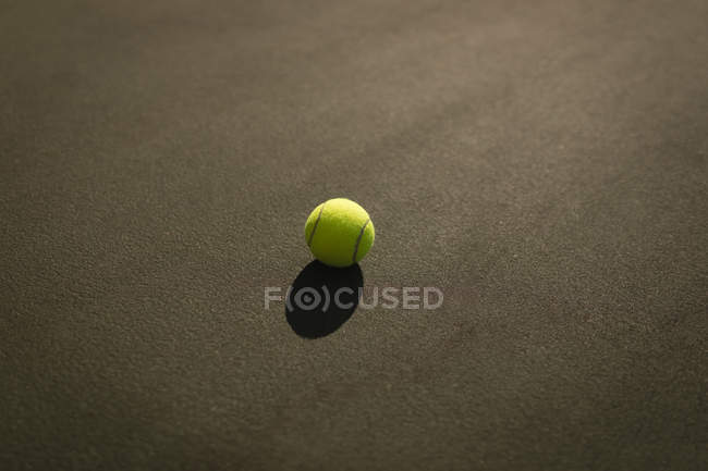 Primer plano de la pelota de tenis en la cancha de tenis - foto de stock