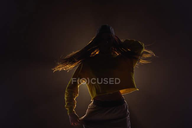 Primo piano di una giovane donna che balla in studio — Foto stock