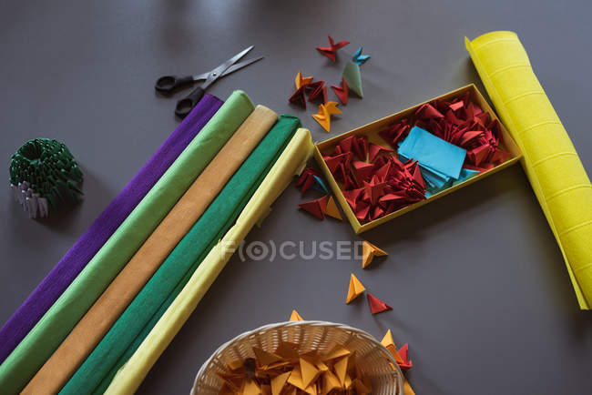 Equipo de artesanía mantenido en la mesa en el hogar de ancianos - foto de stock