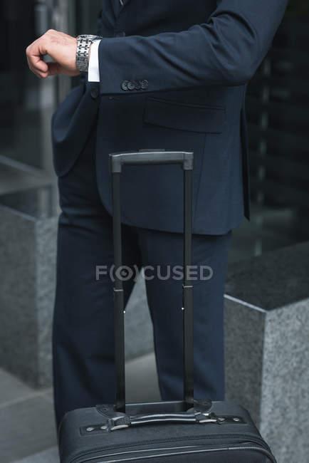 Обрезанное изображение бизнесмена, проверка времени на наручные часы — стоковое фото