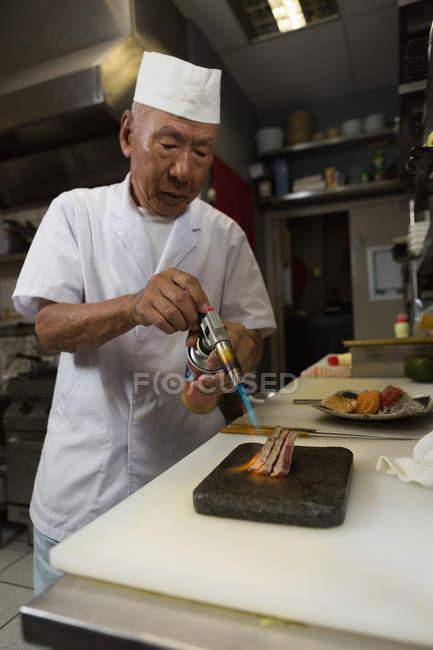 Отопление из морепродуктов с горелкой в кухне в ресторане шеф-повар — стоковое фото