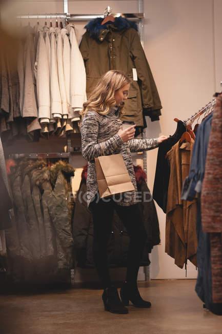 Красива дівчина купівлі одягу в торговому центрі — стокове фото