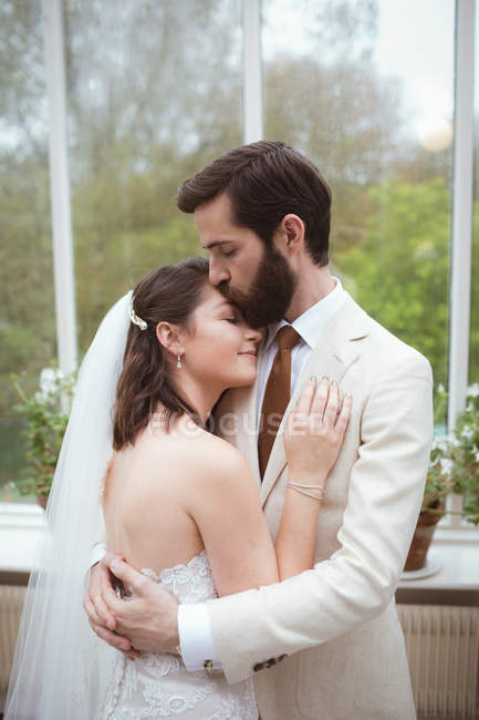 Novia romántica y el novio abrazando unos a otros - foto de stock