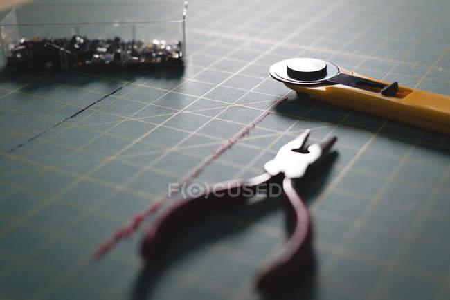 Close-up pinze e lama sulla tabella — Foto stock