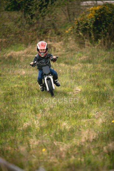 Kleines Kind-Fahrer mit dem Fahrrad in Garten — Stockfoto
