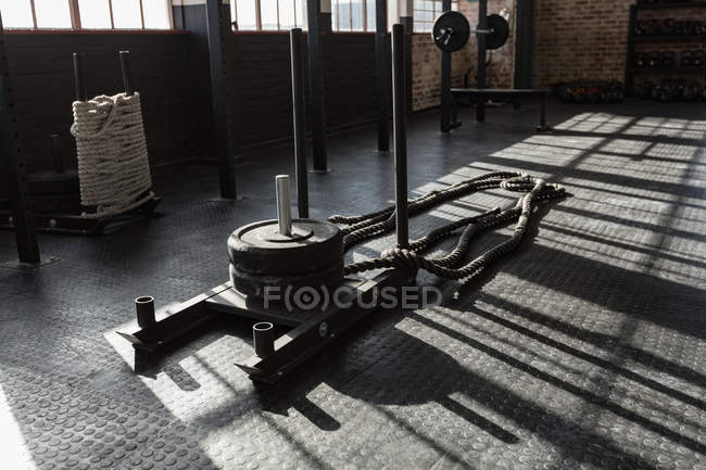 Хрест fit мотузку обладнання у фітнес-студії в сонячному світлі. — стокове фото
