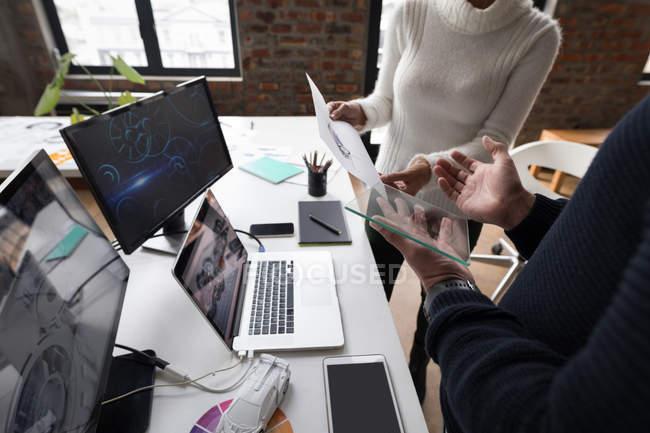 Деловые коллеги обсуждают по графику в офисе . — стоковое фото