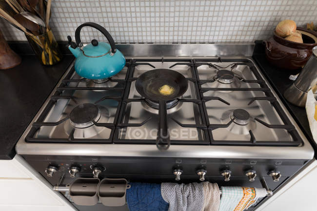 Закри газова плита з чайником і пан кухні в домашніх умовах. — стокове фото