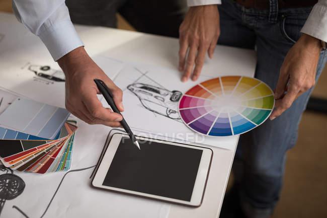 Nahaufnahme von Kollegen diskutieren über digital-Tablette — Stockfoto