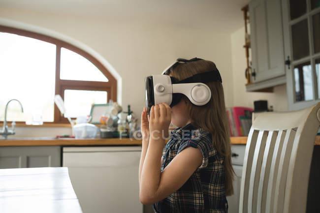 Kind erlebt Virtual-Reality-Headset in der heimischen Küche — Stockfoto