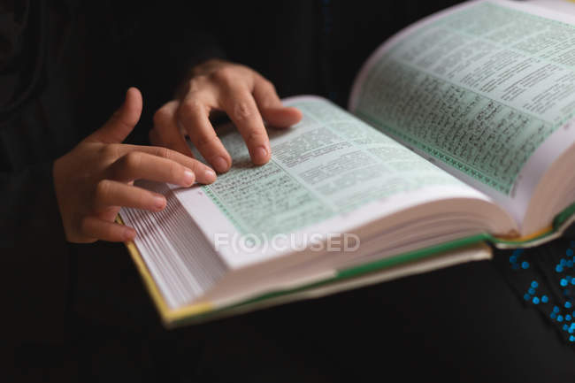Закри, мати і дочка читання Священного Корану — стокове фото
