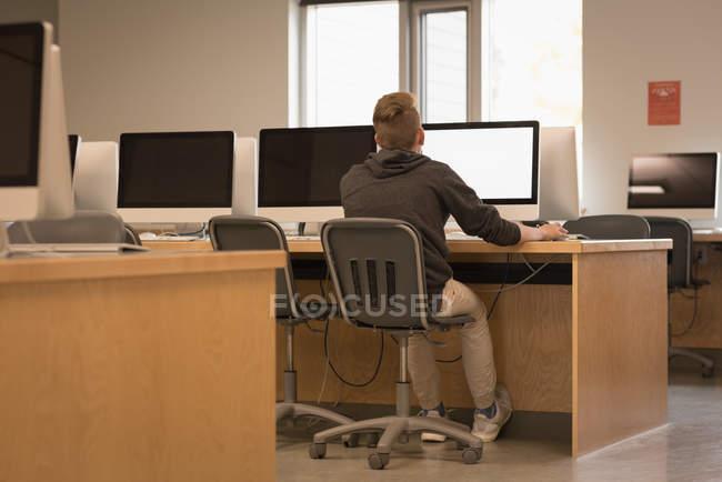 Vue arrière d'adolescente qui étudient en classe d'informatique à l'Université — Photo de stock