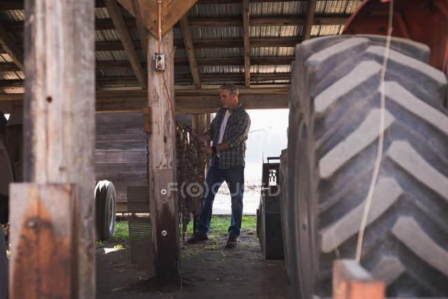 Шина частиною framer трактор з ланцюга в гаражі — стокове фото