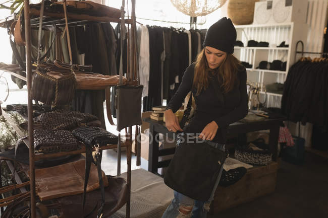 Woman buying a handbag in boutique shop — Stock Photo