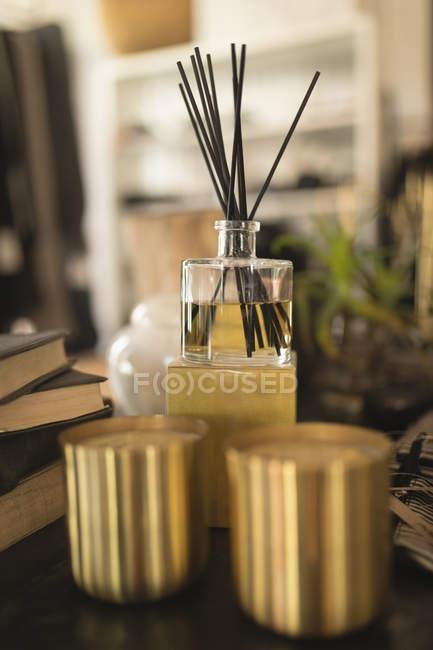 Bâtonnets d'encens dans un pot au café — Photo de stock