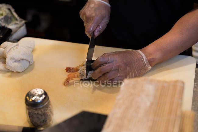 Шеф-кухар суші нарізки викинуті на Розробні рада — стокове фото