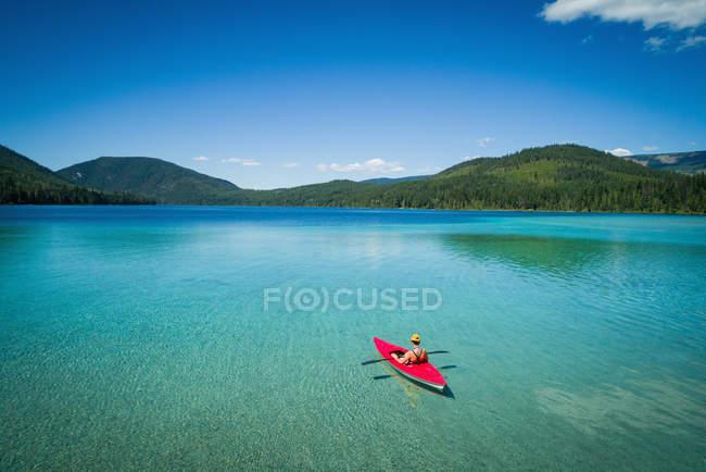 Kajakfahren im seichten türkisfarbenen Wasser an einem sonnigen Tag — Stockfoto