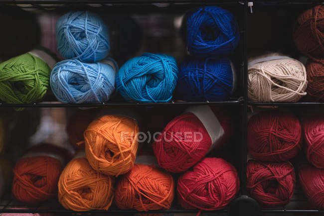 Bola multicolor cerca de hilo - foto de stock