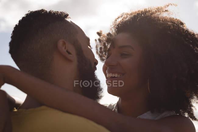 Nahaufnahme des Lächelns paar umarmen einander an einem sonnigen Tag — Stockfoto