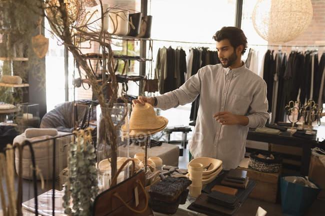 Красивый мужчина выбирает шляпы в бутик-магазине — стоковое фото