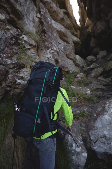 Gros plan sur l'escalade de la colline avec sac à dos — Photo de stock