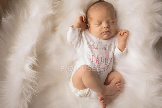 Новорожденного ребенка спать на пушистый одеяло на дому. — стоковое фото