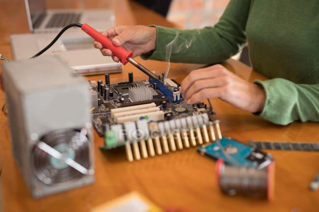Sezione centrale del circuito di saldatura dell'ingegnere elettrico femminile . — Foto stock