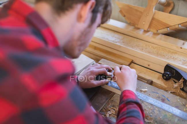 Nahaufnahme eines Tischlers, der in einer Werkstatt arbeitet — Stockfoto
