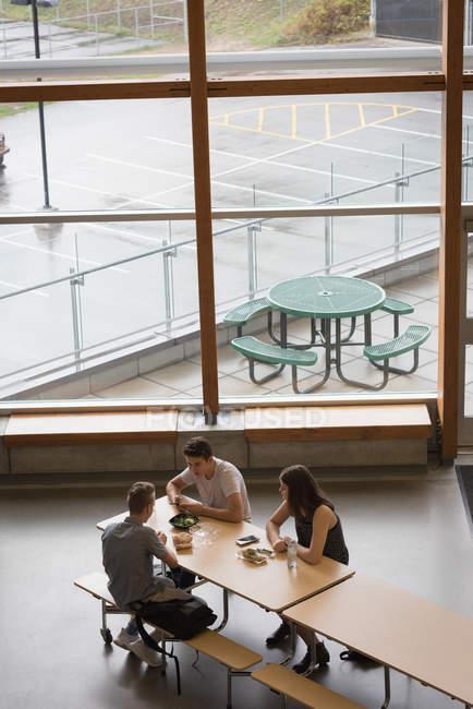 Vue d'angle élevé d'étudiants universitaires en train de déjeuner — Photo de stock