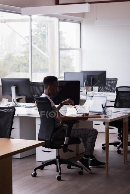 Ufficio esecutivo cercando in disegno di auto sulla sua scrivania in ufficio — Foto stock